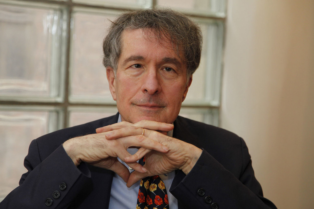 jack-oughton-article-psychologist-howard-gardner-with-clasped-hands-001